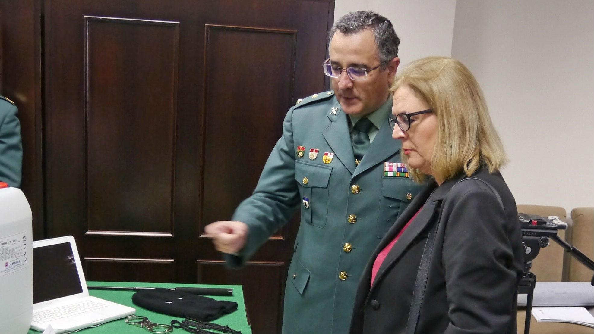 La subdelegada del Gobierno, Francisca Molina, observa cocaína incautada en la operaciones.