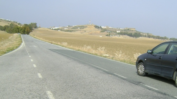 El estado actual de la carretera entre Carmona y Arahal supone un riesgo para los conductores