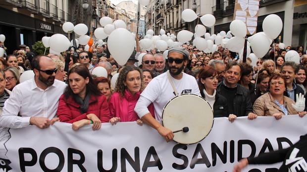 El médico Jesús Candel, conocido como Spiriman, en una manifestación por la sanidad pública