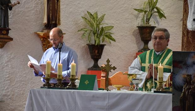 Don Ferderico Cortés en la iglesia de Santa Teresa en Mijas