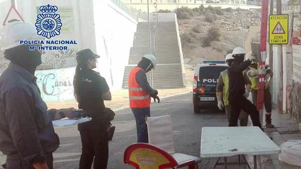 Técnicos de Endesa desmantelan uno de los enganches ilegales