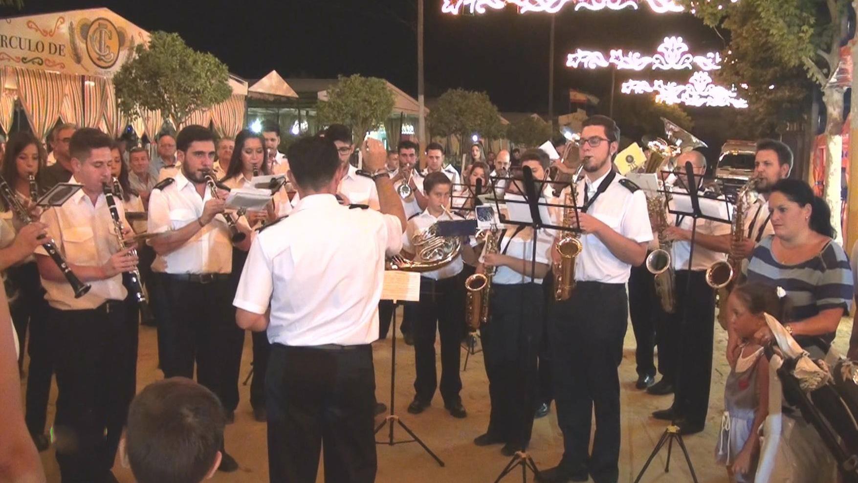 La banda de música San Salvador amenizó un año más el encendido del alumbrado especial de feria