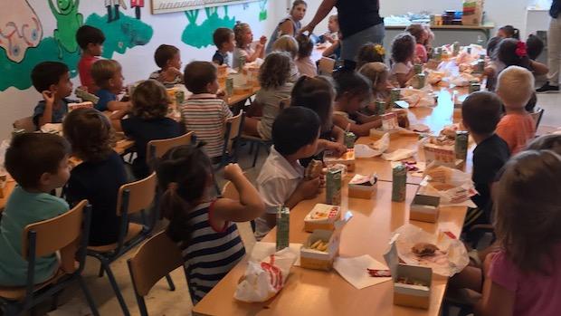 Los niños del comedor del colegio Virgen del Carmen con la comida del Burger King