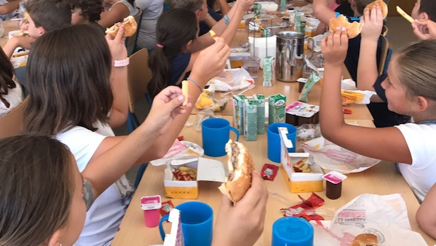 Los alumnos del comedor escolar del Virgen del Carmen con sus hamburguesas