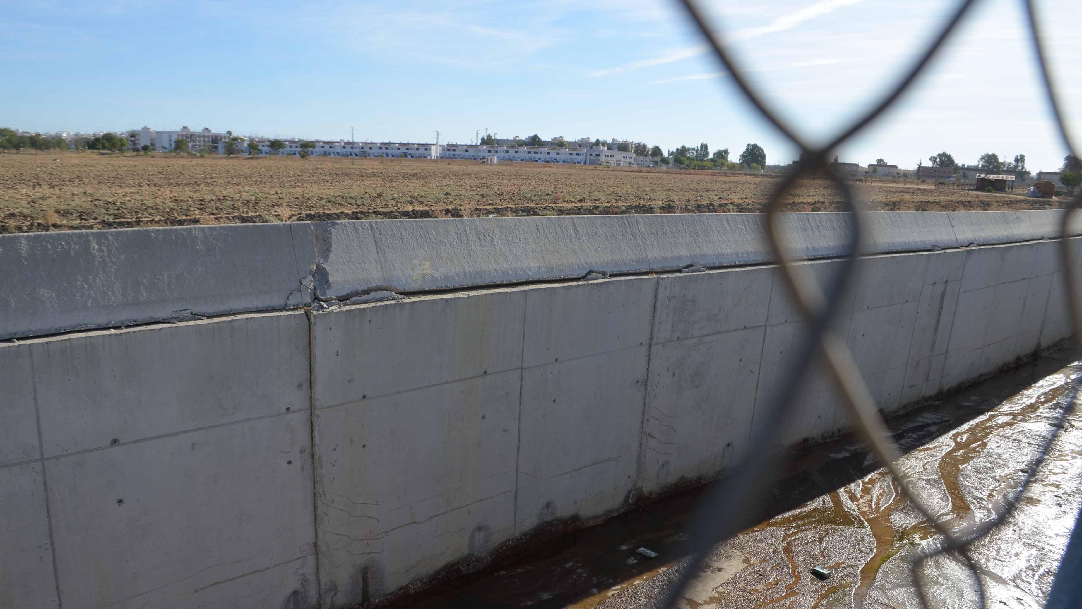 El canal presenta grietas y roturas en su barreras de hormigón