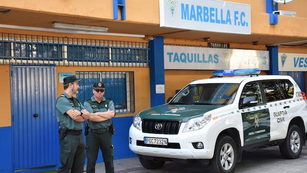 La Guardia Civil custodia las oficinas del Marbella durante el registro