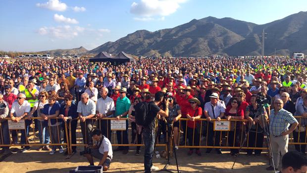 Miles de agricultores frente a la desaladora de Villaricos