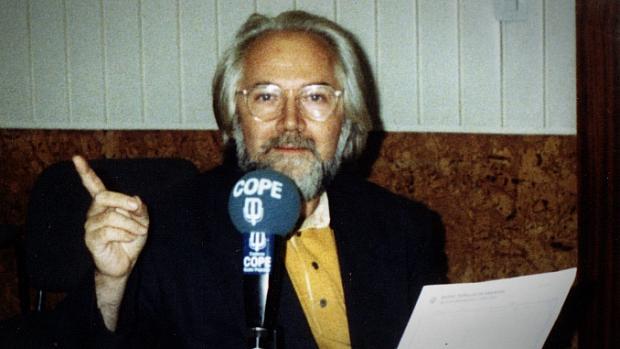 El periodista y escritor Juan de Loxa, fundador de Poesía 70, durante una emisión en COPE
