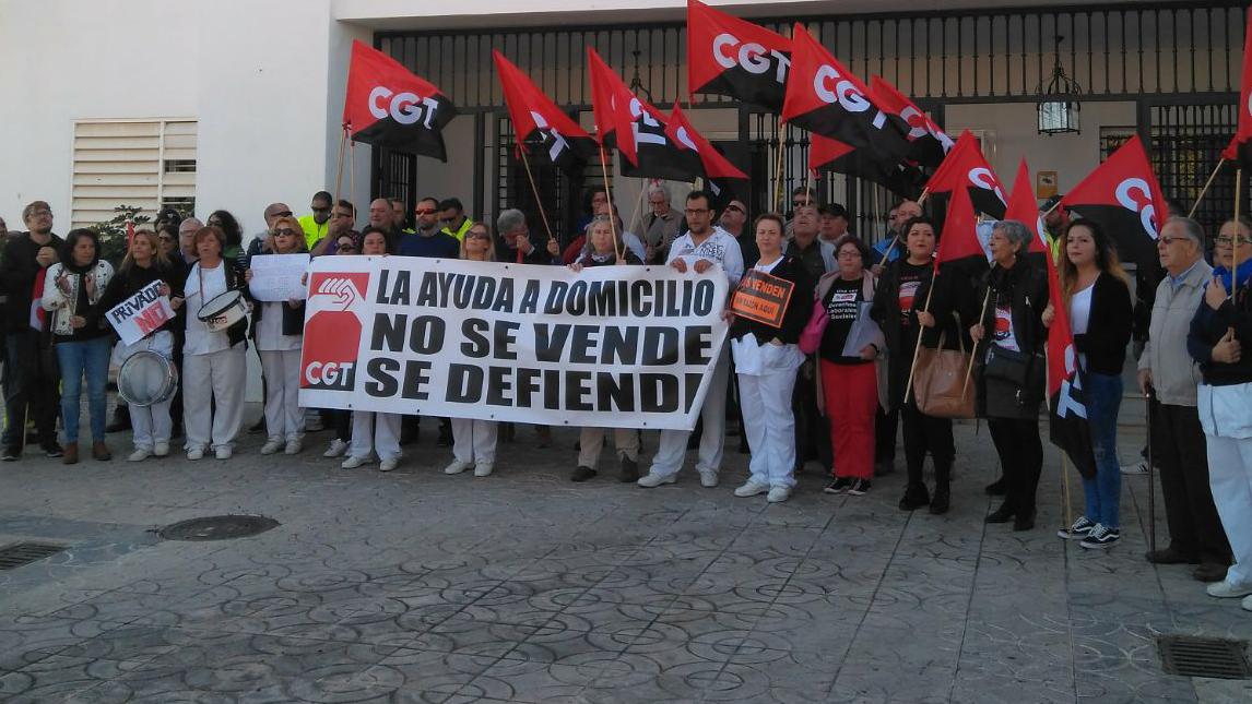 Concentración de las trabajadoras frente al Ayuntamiento