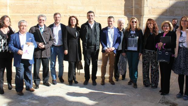 Portavoces del Parlamento andaluz, junto a representantes de la plataforma y otros dirigentes políticos