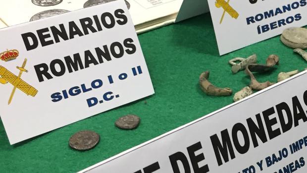 Ambos denarios, el original, más pequeño, y el falso, fueron acuñados entre los siglos I y II