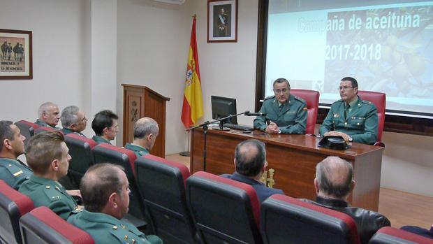 El coordinador de la operación, Luis Ortega, a la izquierda, preside un acto de la Guardia Civil