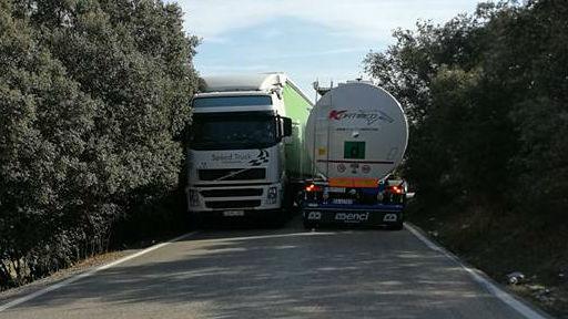 Dos camiones se cruzan en uno de los tramos de la caretera de acceso a Vilches