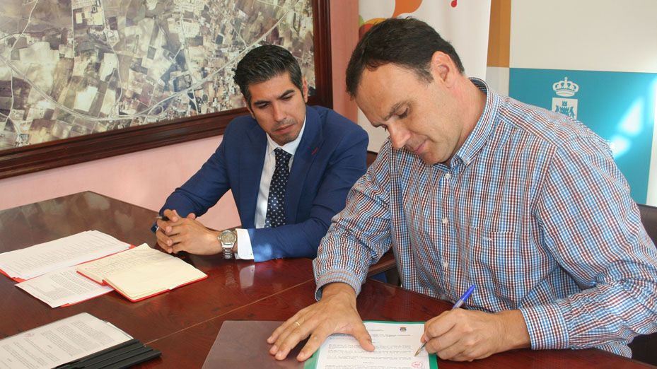 Juan Borrego y José Benito Barroso durante la firma del convenio en la Alcaldía de Lebrija