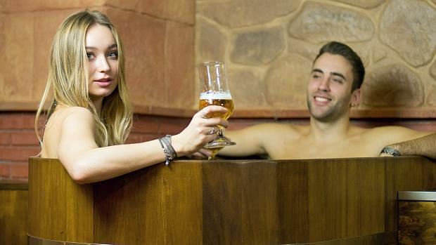Los clientes pueden disfrutar de la cerveza mientras se relajan en Beer Spa Granada