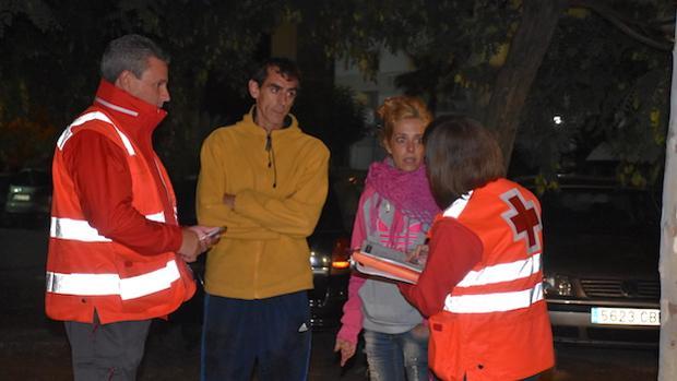 Voluntarios de Cruz Roja atienden a usuarios en las calles de Marbella
