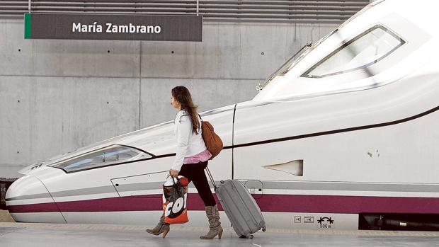 Una viajera en la Estación María Zambrano de Málaga