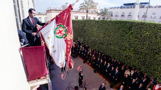 El alcalde de Almería tremolando el Pendón