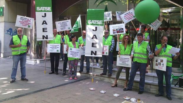 Concentración del Sindicato de Enfermería ante una sede de la Junta de Andalucía en Jaén