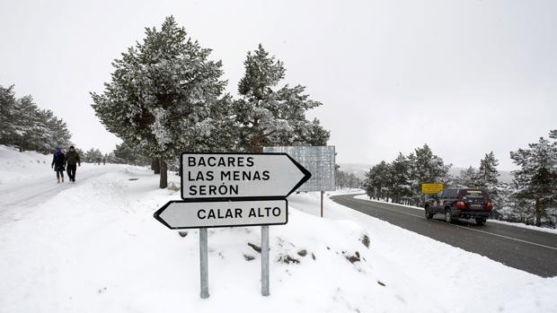 Carteles indicadores en una carretera nevada de la Sierra de los Filabres