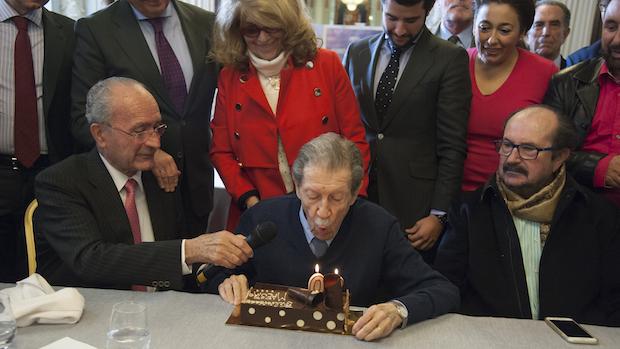 Manuel Alcántara sopla las velas de su cumpleaño