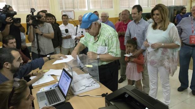 La presidenta de Andalucía, Susana Díaz, ejerce su derecho al voto.