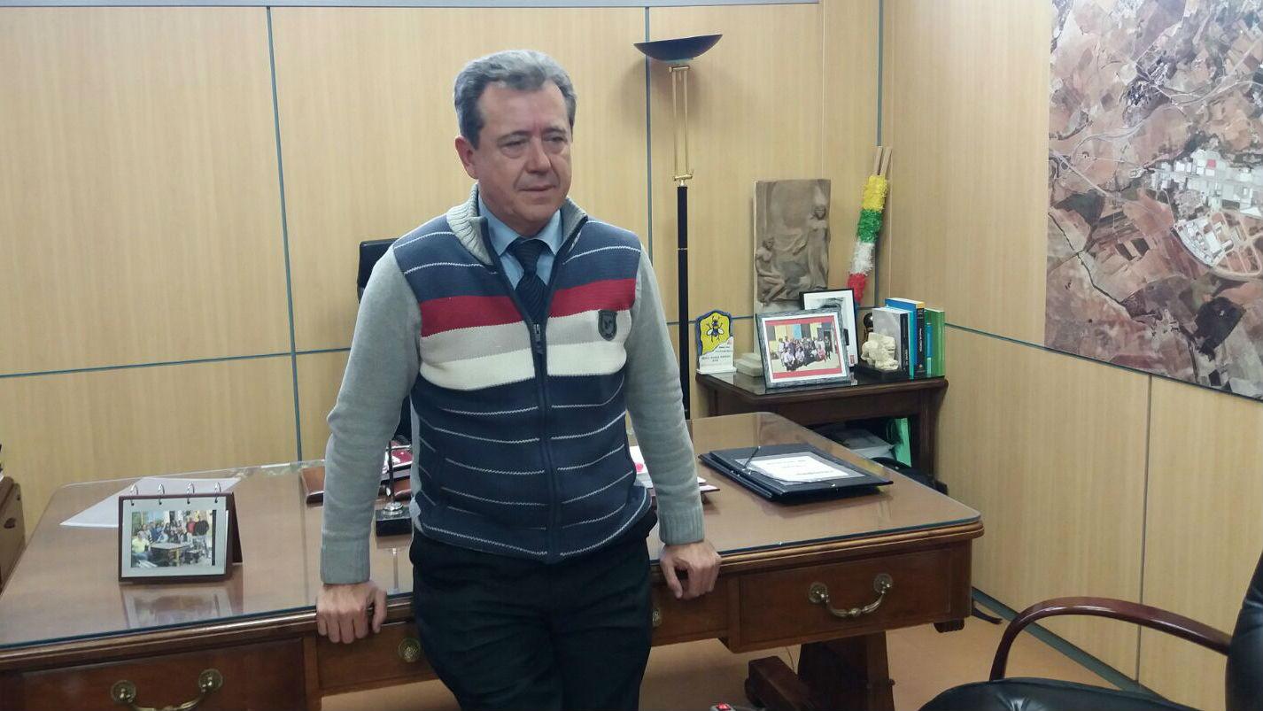 El alcalde de Linares, Juan Fernández, en su despacho del Ayuntamiento.