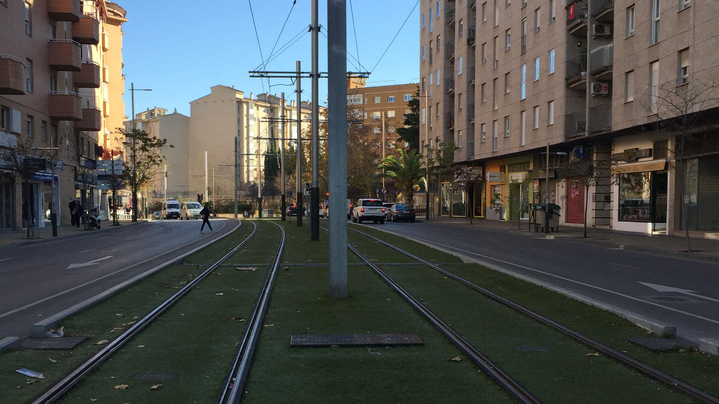 Tramo del tranvía de Jaén a su paso por la calle Eduardo García Triviño.
