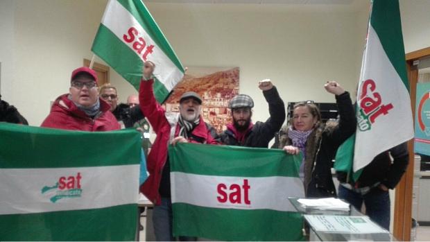 Miembros del SAT, durante la ocupación de la sede de Endesa en Granada