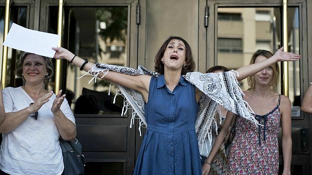 Juana Rivas, a la salida de los juzgados de Granada, tras poner fin a su fuga. / CARLOS GIL