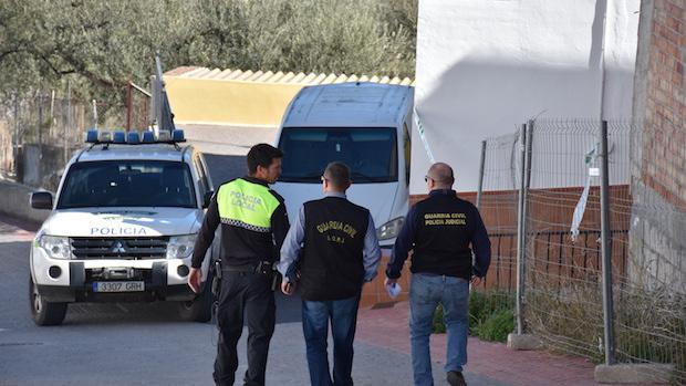 Investigadores de la Guardia Civil en la casa de María Adela