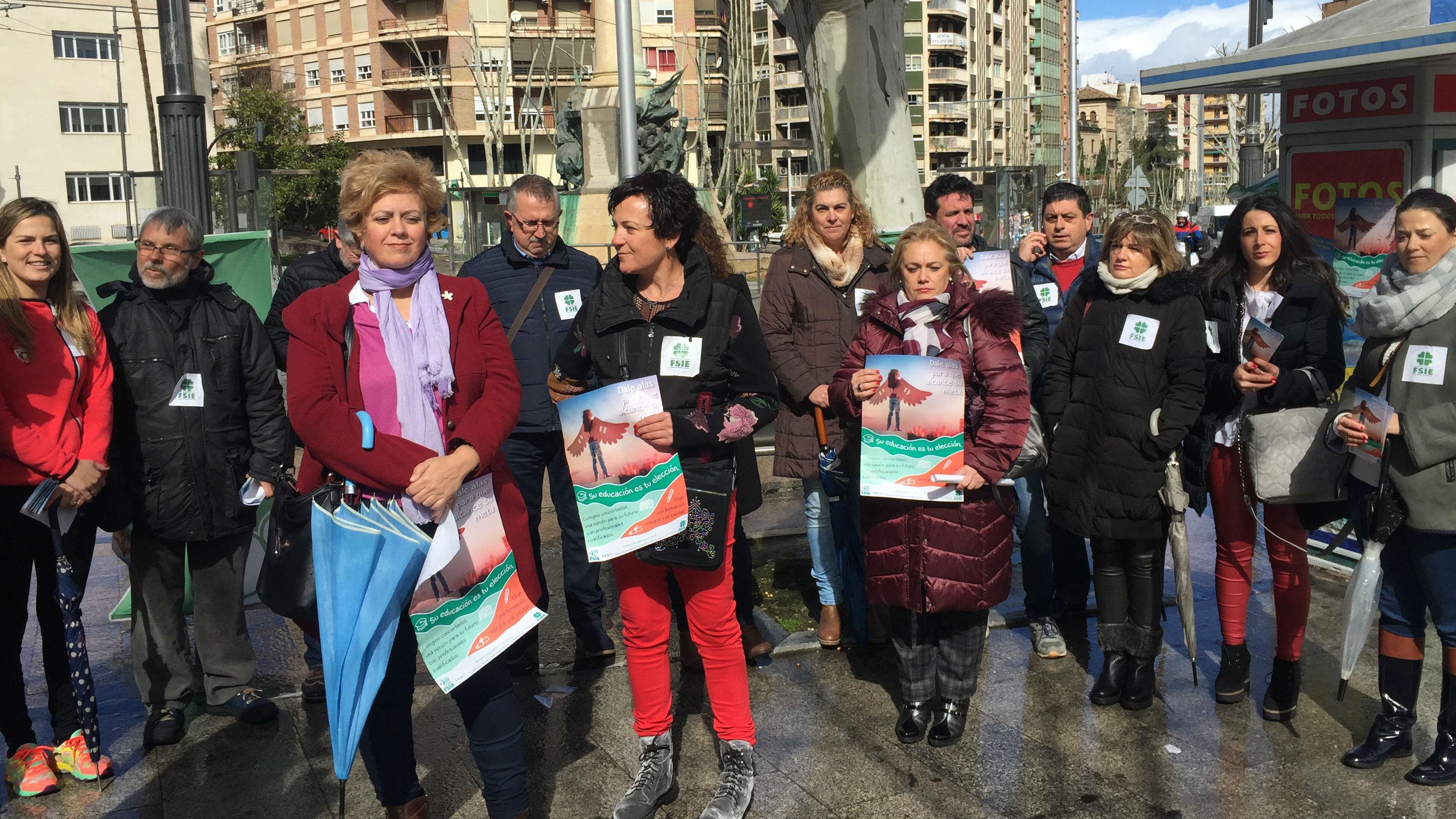 Concentración en Jaén de representantes de la escuela concertada.