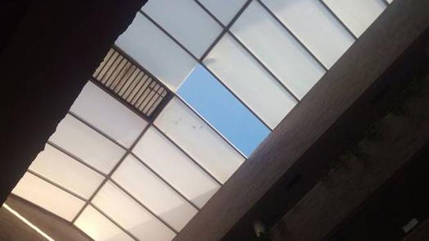 Imagen del techo del patio donde voló una de las placas