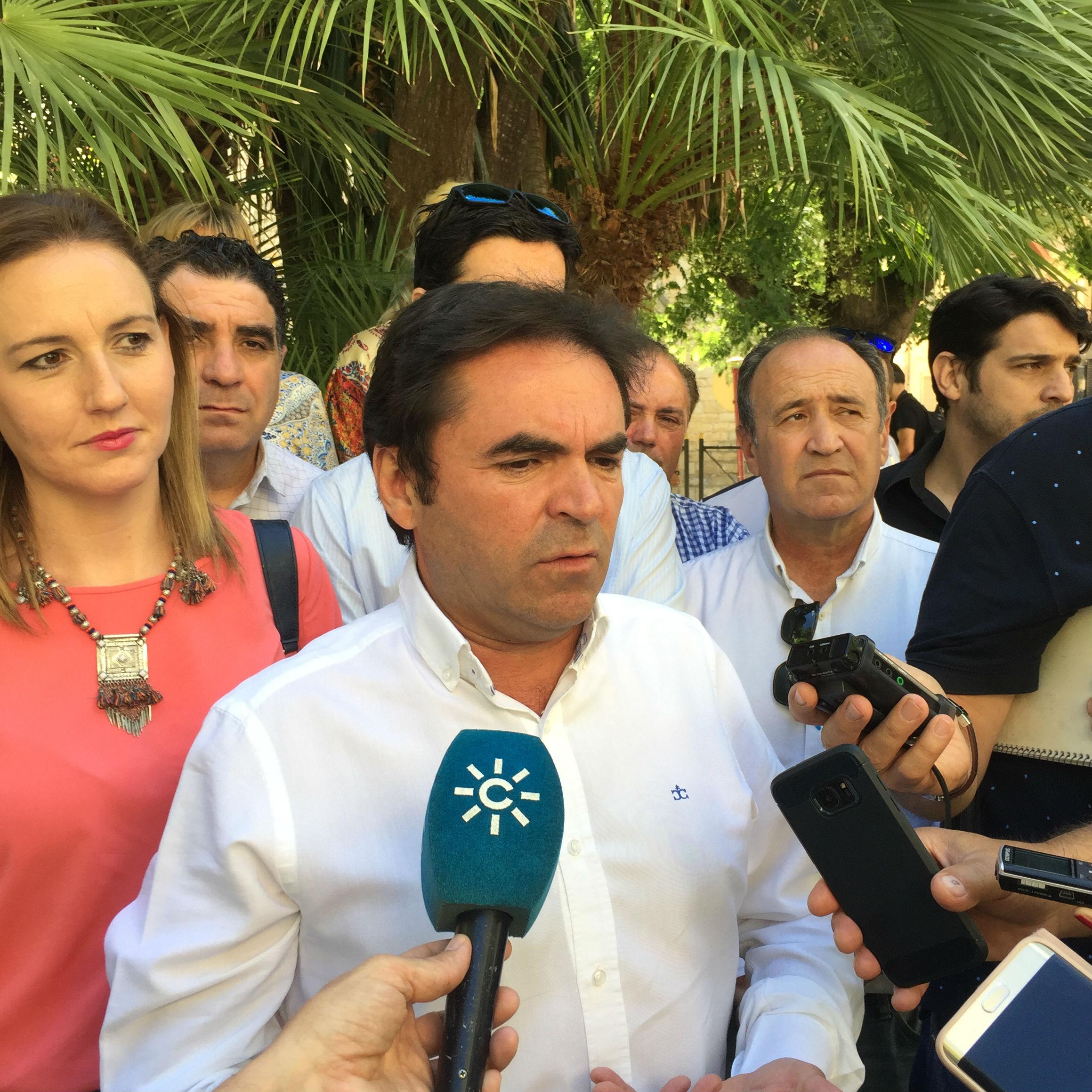 Miguel Moreno y Marián Adán, a su izquierda, en una comparecencia informativa