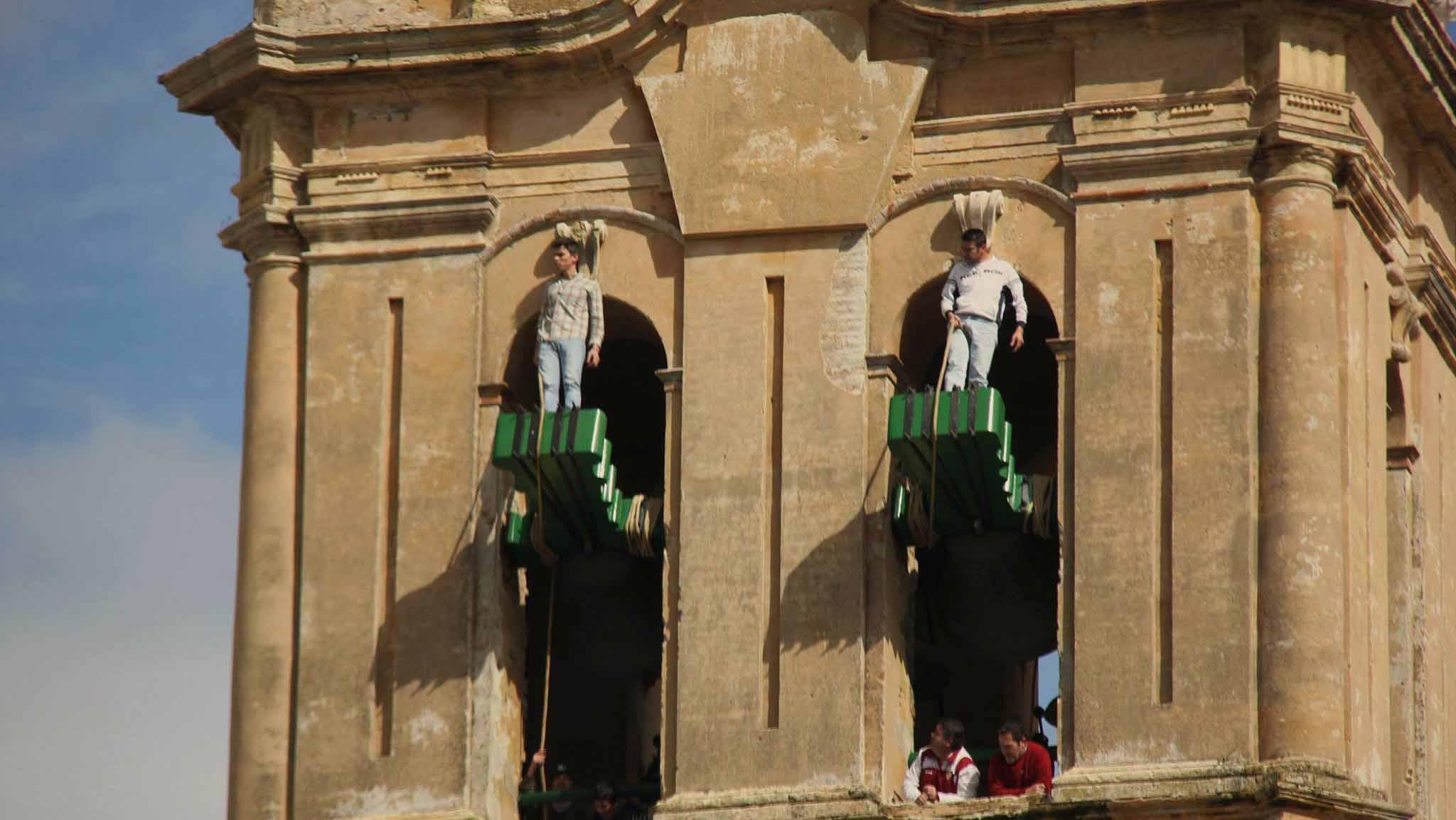 Los campaneros de Utrera mantienen viva una tradición que tiene más de 500 años de historia
