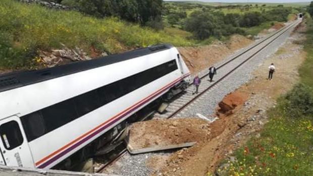 Imagen del tren descarrilado a la salida del túnel