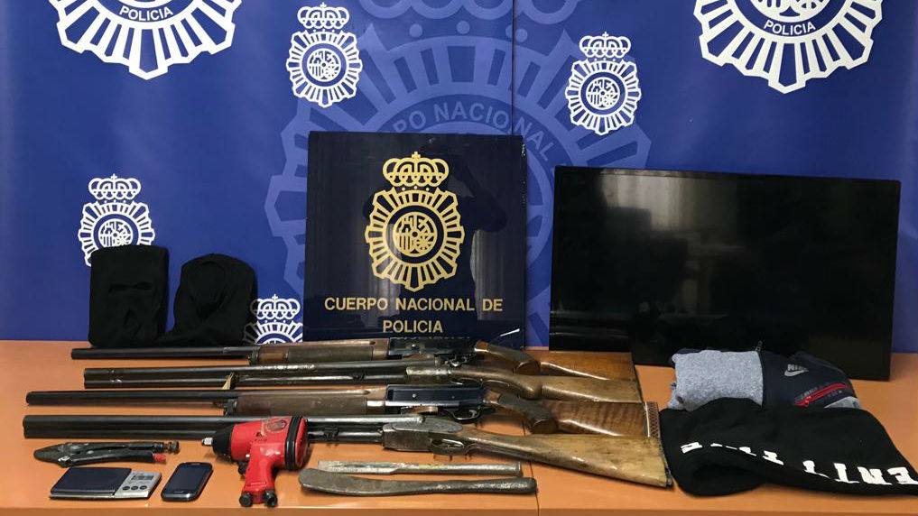 Armas y otros objetos encontrados por los agentes en los registros