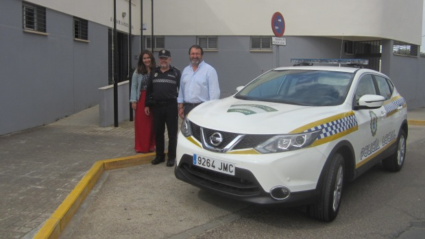El alcalde de Carmona, Juan Ávila, ha mostrado su intención de mejorar el equipamiento de la Policía Local
