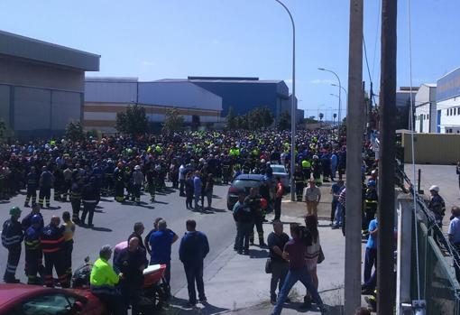 Unos 2.000 obreros han acudido a la fábrica donde se ha producido el accidente.