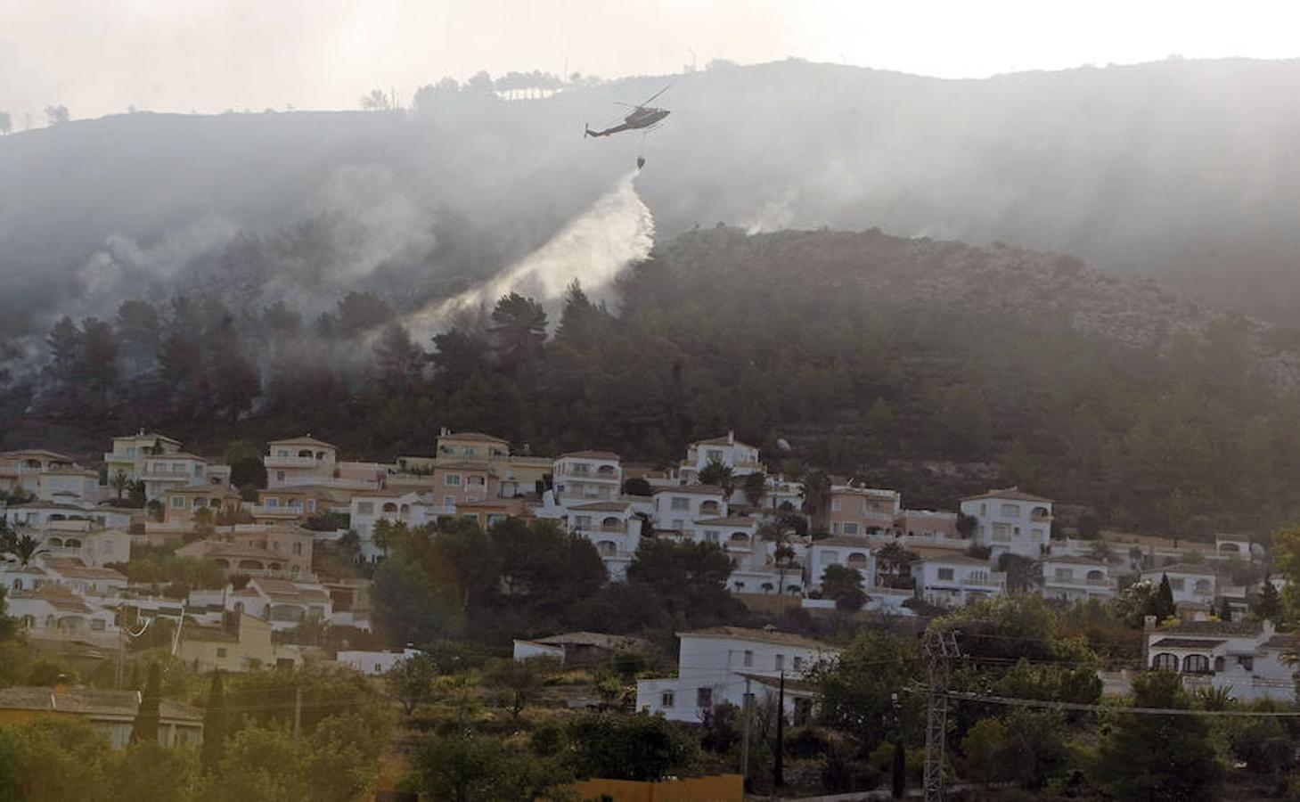 El incendio ha obligado a desalojar a un millar de personas de dieciséis urbanizaciones
