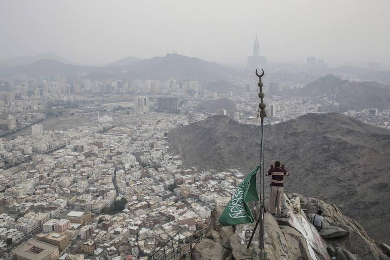Un peregrino ora en el Monte Al-Noor este jueves, en la ciudad sagrada de La Meca (Arabia Saudí). Los musulmanes creen en que el profeta Mahoma recibió las primeras palabras del Corán en esre lugar