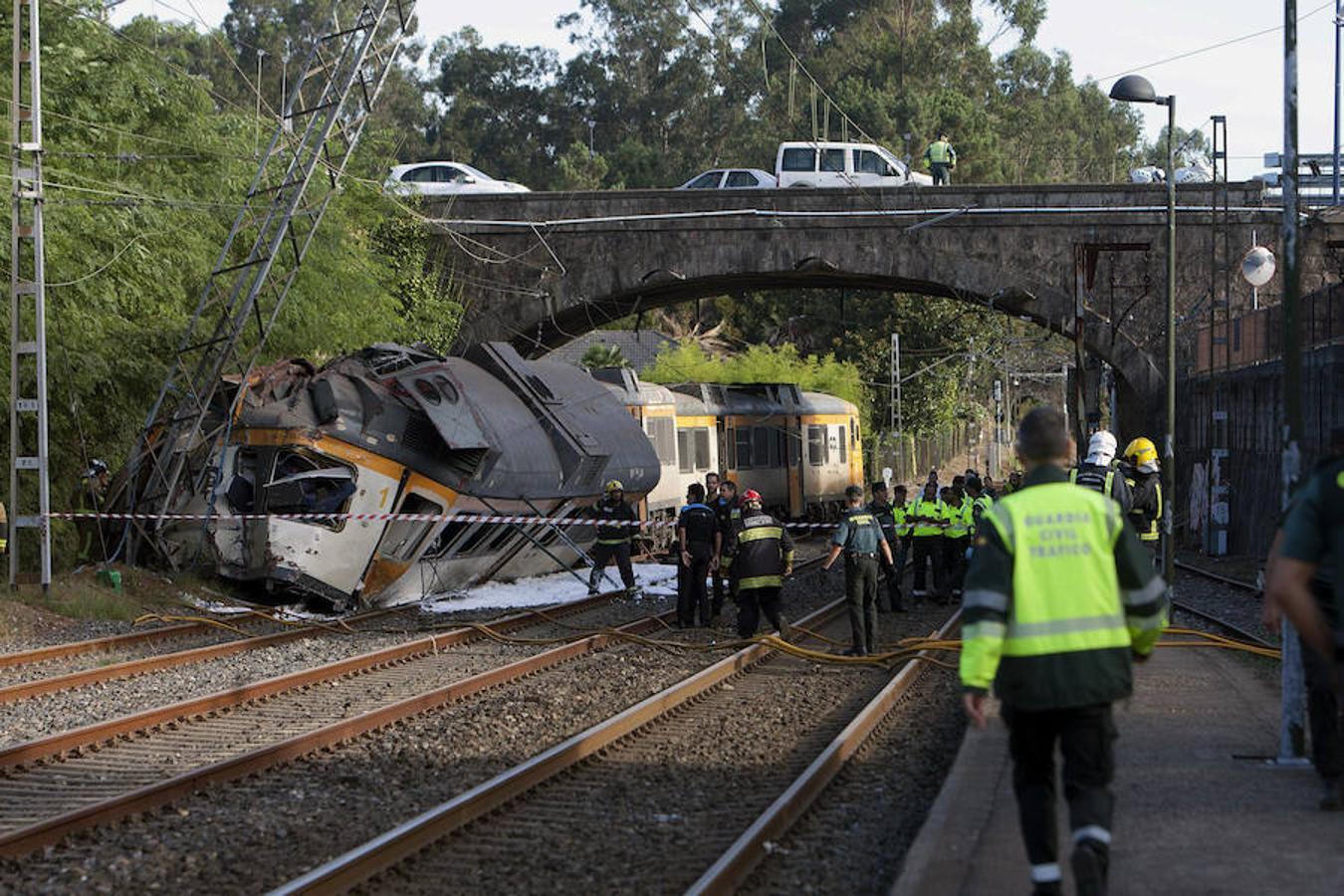 Tres personas han perdido la vida a primera hora de esta mañana en un accidente de tren de pasajeros que ha descarrilado en la localidad pontevedresa de O Porriño