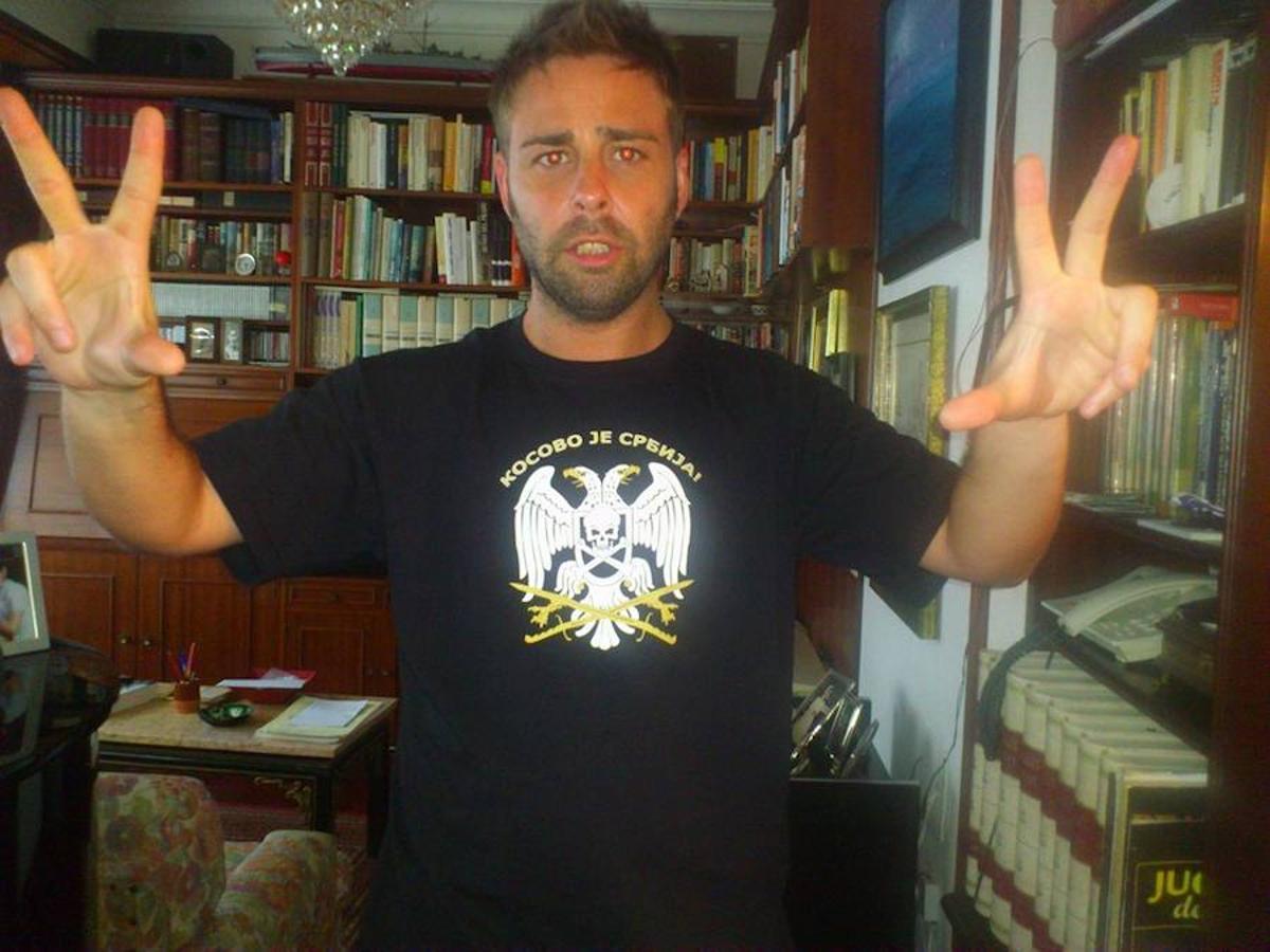 Antonio Landeira, con una camiseta ultranacionalista serbia