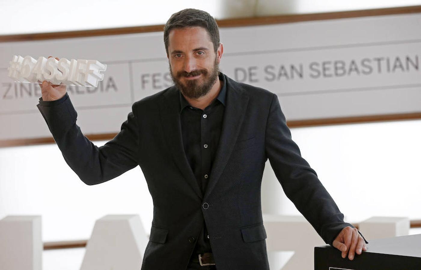 Pablo Larraín, director de «Neruda», muestra el símbolo del festival