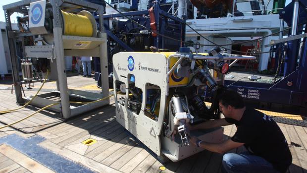 Uno de los investigadores manipula el 'ROV Liropus 2000', que puede descender hasta los 2.000 metros de profundidad.