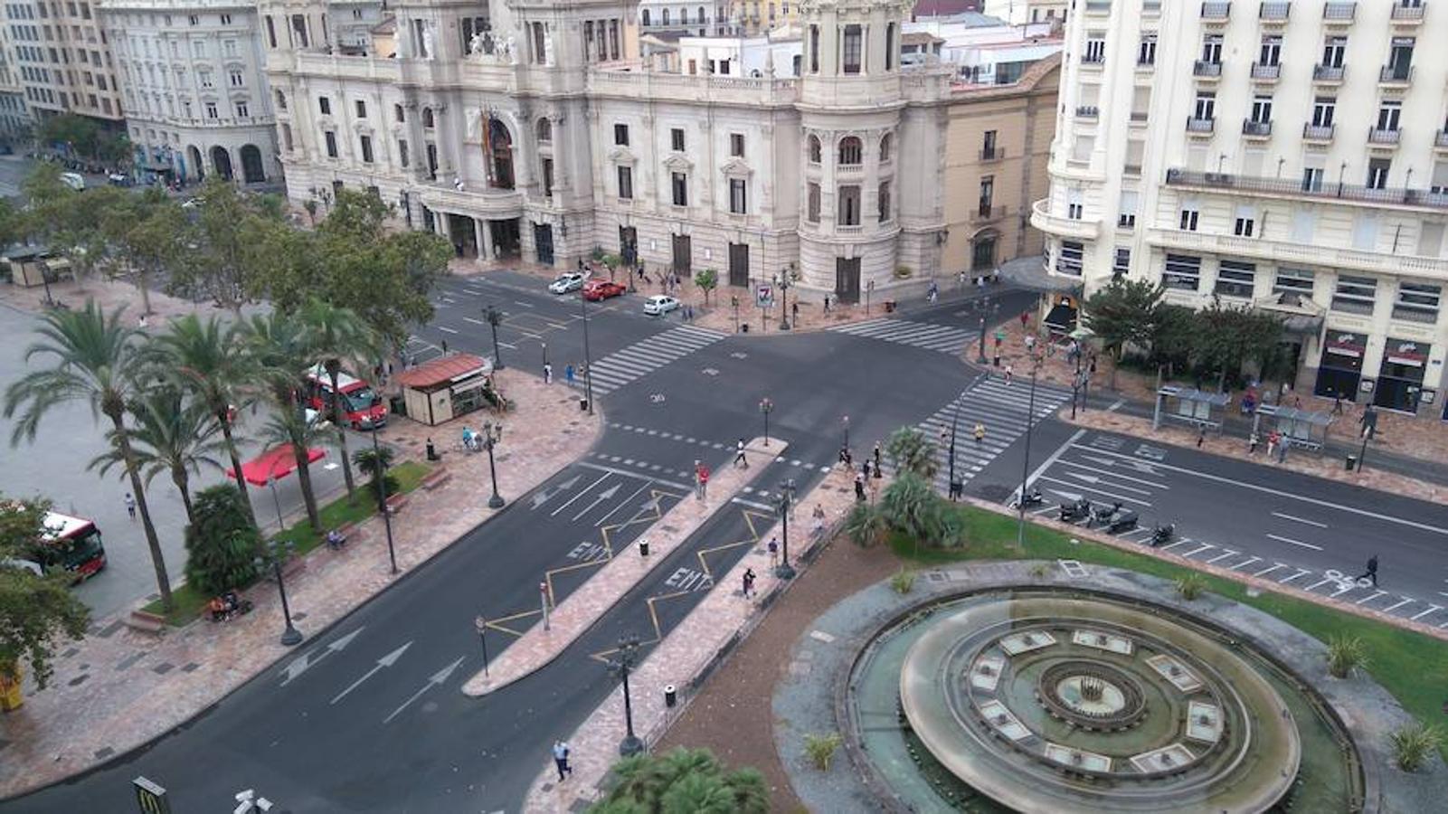 La ciudad de Valencia se ha tenidos que acostumbrar a los días sin coches desde que Joan Ribó, un ferviente defensor del uso de la bicicleta, tomó la vara de mando. La imagen muestra la Plaza del Ayuntamiento de Valencia completamente vacía
