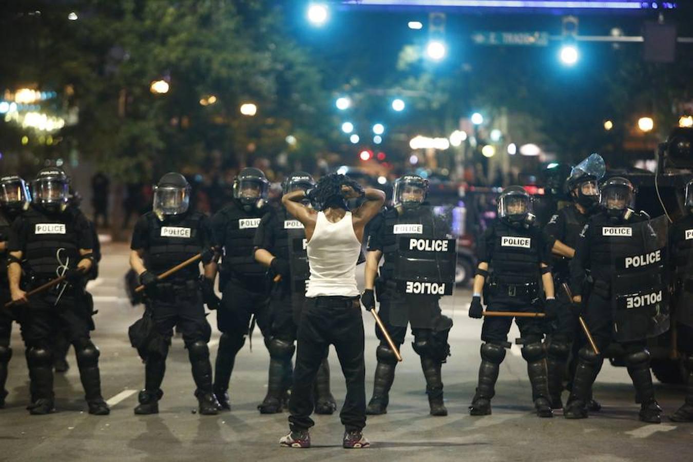 Un hombre negro protesta frente a un cordón policial en Charlotte, en Carolina del Norte
