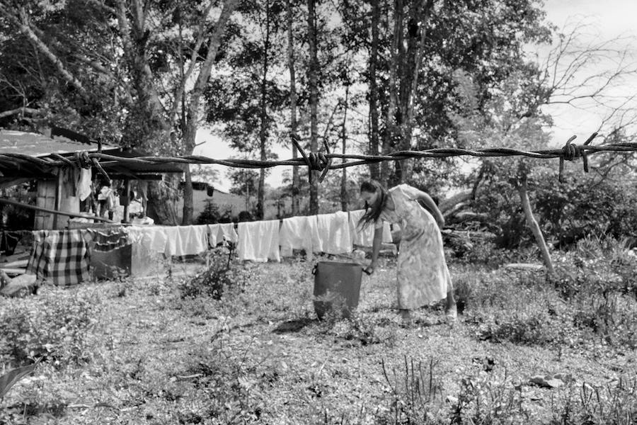 Una mujer tiende la ropa en el jardín de su casa de Santo Domingo, Caquetá, Colombia. El Frente 15 del Bloque Sur de las FARC controla esta zona del río Caguán, un lugar regido por un estado paralelo las últimas décadas