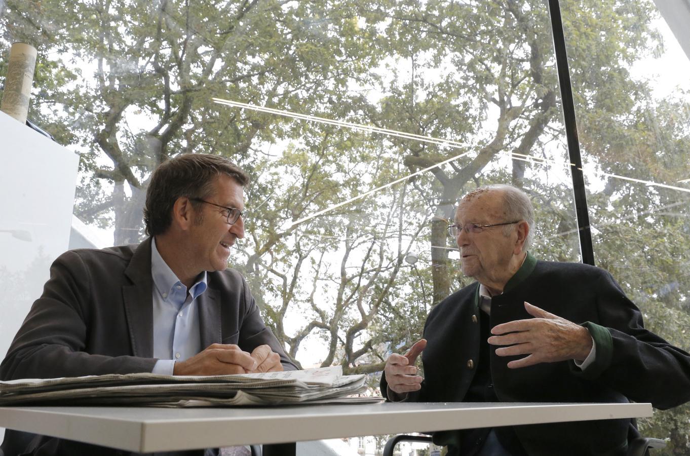El titular de la Xunta en funciones y candidato a ser reelegido mañana, Alberto Núñez Feijóo, ha dedicado hoy parte de la jornada de reflexión a pasear y tomar un café con Xerardo Fernández Albor, de 99 años, que presidió Galicia de 1982 a 1987.