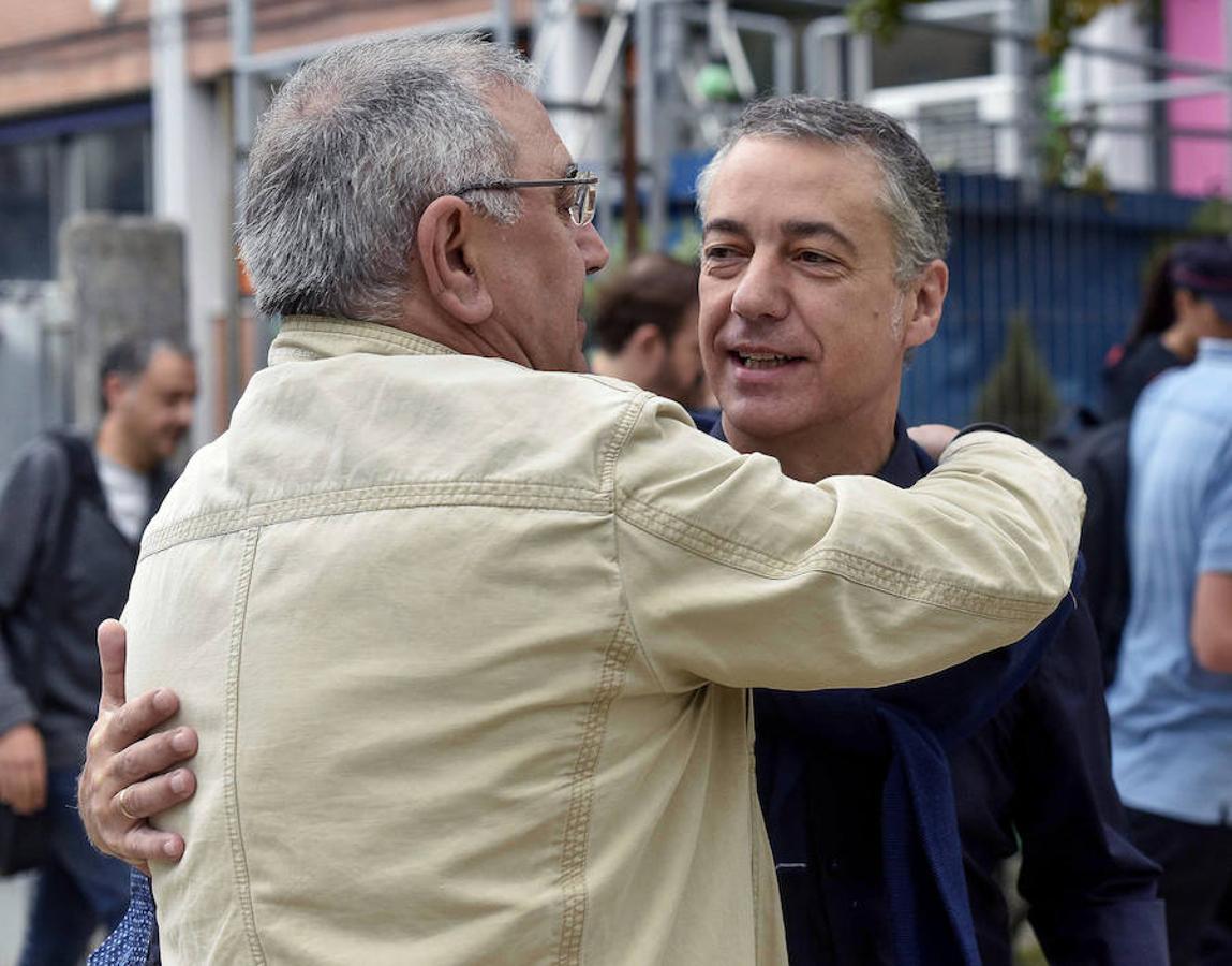 El lehendakari y candidato a la reelección por el PNV, Iñigo Urkullu (d), saluda a un simpatizante tras ejercer su derecho al voto para las elecciones autonómicas vascas.
